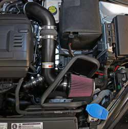 Das K&N Luftfilter, Nummer RC-2960, das zum 2015 Ford Mustang GT 5.0 L Lieferumfang gehört, ist von einem anwendungsspezifischen Luftfilter Hitzeschild geschützt.