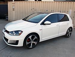 Der 2015 Golf GTI ist ausgestattet mit einem 2,0L Turbo Motor, der in der Lage ist 40 PS mehr zu produzieren und fast 60 lb-ft mehr Drehmoment als der standard 2015 VW Golf 1.8T.