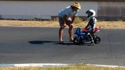 Can Akkaya coacht einen jungen Fahrer bei Superbike-Coach.