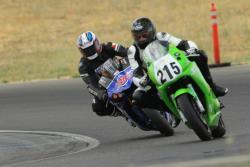 Akkaya führt einen Studenten in einer Kurve bei Superbike-Coach.