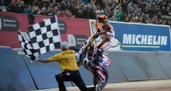 Marc Marquez wheelies an der Zielflagge vorbei für den den Gewinn des Superprestigio.